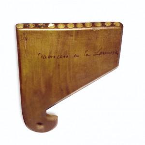 """Apito de once furados conservado no Museo de Pontevedra. Ten unha inscrición  que reza: """"fabricado en la Lamosa"""".  As profundidades dos furados, de 5.4 mm  de diámetro, son en milímetros: 30.5, 37, 41.1, 47.7, 52.5, 59, 65.5, 74, 76, 89 e 95."""