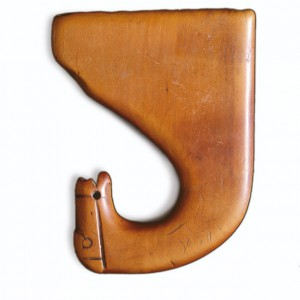 """Apito de nove furados con cabeza de cabalo que pertencera ao afiador Serafín  Fernández (Ourense), o derradeiro """"paragüeiro"""" con roda da Coruña. As profundidades dos  furados, todos de 5.5 mm de diámetro, son: 13, 20, 33.5, 38, 45, 49, 55 e 53.5 mm.  Da colección de José Temprano."""