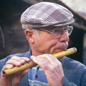 Cesar Lima (Alcabideque, Portugal) tocando a frauta de cana.