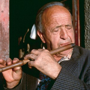José Ares Castiñeira (Paradela, Teixeiro,  A Coruña) tocando unha frauta de tres pezas. Fotografía do autor.