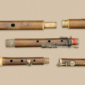 Frauta traveseira en Re de modelo francés  de cinco chaves de finais do século XIX  que pertenceu a Manuel Varela Naveiro  (Vedra, A Coruña). Fotografía do autor.