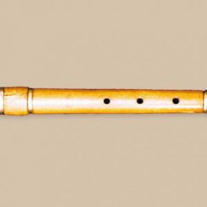 Frauta traveseira en Re de modelo francés dunha chave con selo Ivry-la-Bataille (mediados do século XIX) que pertenceu a Manuel Carrillo Abraldes (Santa Cruz de Ribadulla, Vedra,  A Coruña). Fotografía do autor.
