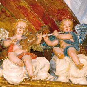 Anxos tocando o violín e a frauta traveseira no retablo da capela de Santa Xertrude a Magna, obra de Xosé Ferreiro do 1784,  na igrexa de San Martiño Pinario (Santiago de Compostela,  A Coruña). Fotografía do autor.