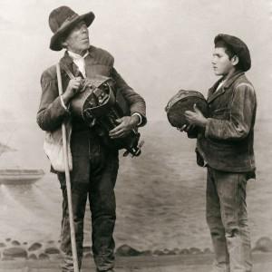 O cego de Padrenda e o seu lazarillo. Nesta fotografía destaca tamén a pandeireta  cos pares de ferreñas enfrontadas.