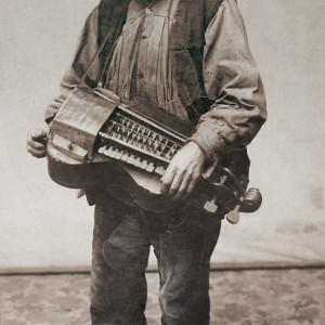 """O vello da zanfona (Anselmo Antonio  """"Peretes""""). Fotografías de Francisco Zagala, c. 1885. Do arquivo do Museo de Pontevedra."""