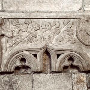 Anxos tocando a guitarra e a arpa en Santa  María de Caldas de Reis (Pontevedra, s. XIII), pola morfoloxía dos instrumentos  este relevo semella posterior,  seguramente do século XV.