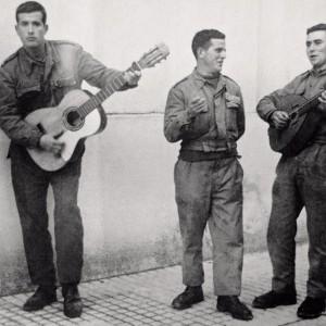 Mozos coa guitarra e o laúde en Lagartóns  (A Estrada, Pontevedra, c. 1965). Do arquivo do autor.