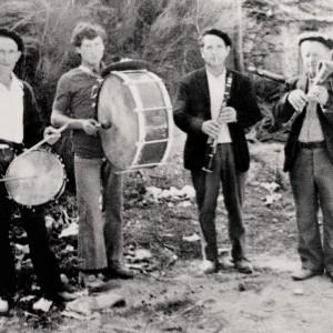 O gaiteiro de Moialde (Santigoso, A mezquita, c. 1970): Domingo Pérez (caixa), Francisco Prado (bombo), Álvaro Prado (clarinete) e Francisco Prado (gaita de fol).  Arquivo do autor.