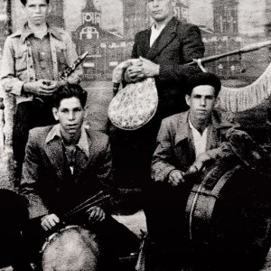 Os Tampudos de Esteiro (1940). Eduardo Brea (requinto), Peregrino Brea (gaita de fol fabricada por Manuel Villanueva, Poio, Pontevedra),  Germán Brea (caixa) e José Brea  (bombo con pratos). Do arquivo do autor.