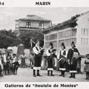 Os gaiteiros de Soutelo de Montes nunha postal (c. 1920).