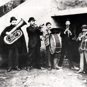 Pequena banda popular. Fotografía tirada da publicación de Gonzalo Allegue Galicia. O oficio de vivir. A Cidade. Ed. Nigra S.L.