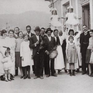 Gaiteiro acompañando  ás penlas no Corpus  de Redondela (1924).  Do arquivo da familia Giráldez.
