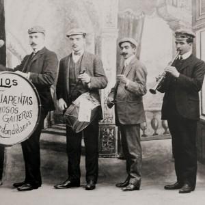 Los Cuarentas, grupo de gaiteiros de Redondela (Pontevedra, c. 1920) tocando cuns  ferriños.  Do arquivo  de Olimpio Xiráldez.