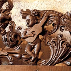 Guitarra representada na sancristía da catedral de Tui, obra tallada no 1715 por Domingo Rodríguez (Pazos de Borbén, Pontevedra). Fotografías do autor.
