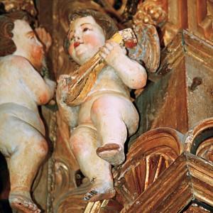 Anxo tocando a bandurra ou a mandolina  no retablo da Expectación da catedral de Tui, obra de 1722 de Antonio del Villar  (Redondela, Pontevedra). Fotografía do autor.