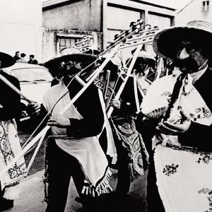 Comparsa de charrascos no Antroido de Lestedo (Boqueixón, A Coruña, c. 1960). Do arquivo do autor.
