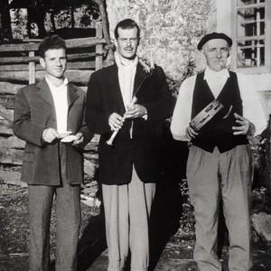 Cunchas e pandeireta acompañando  un gaiteiro na Ulla (c. 1965). Do arquivo do autor.