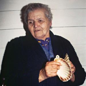 Mercedes, veciña de Vizoño (Abegondo, A Coruña), tocando as cunchas. Fotografías do autor.
