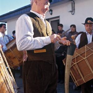 Tocando a gadaña nun folión de antroido en Vilariño de Conso (Ourense). Fotografías do autor.